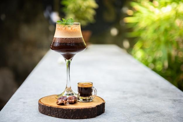 Café gelado misturado com suco de phoenix na mesa