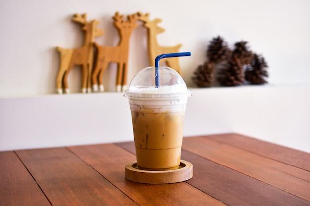Café gelado na mesa de madeira na hora do café