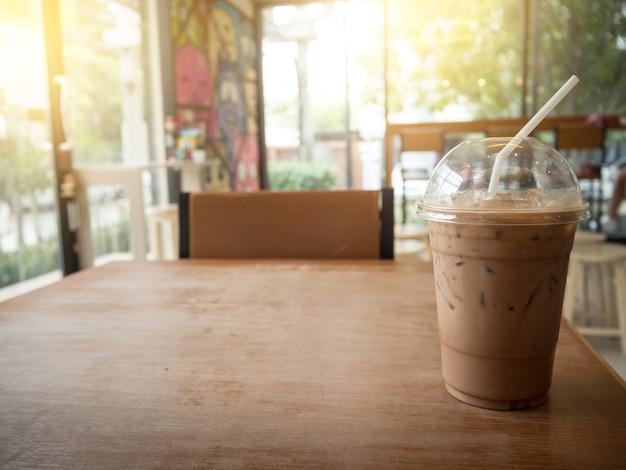 Café gelado no fundo de madeira