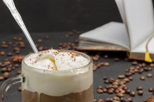 Café glasse, bebida mix de café frio e sorvete. café em grão e caderno