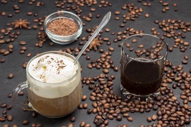 Café glasse, bebida mix de café frio e sorvete. copo com café. grãos de café espalhados na mesa.