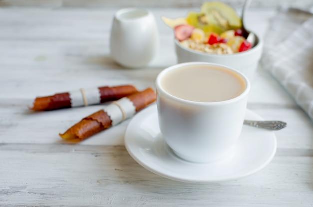Café, granola com frutas, batatas fritas no café da manhã