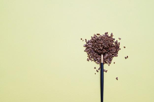 Café granulado instantâneo em colher em fundo amarelo