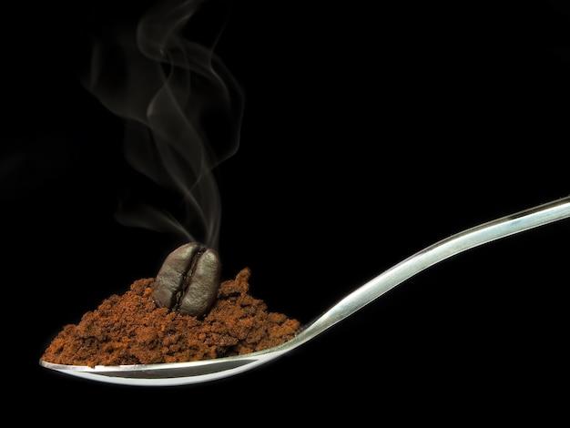 Café instantâneo com feijão de café torrado na colher