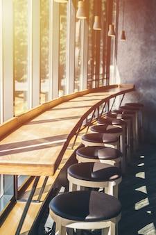 Café interior. bancos de bar ficar em fila perto da grande janela