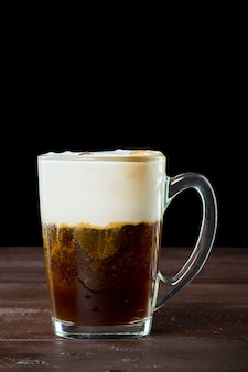 Café irlandês na superfície de madeira escura
