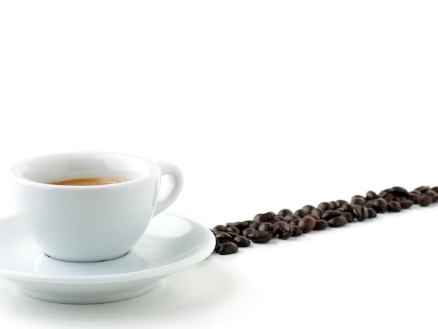 Café italiano com grãos isolados no branco