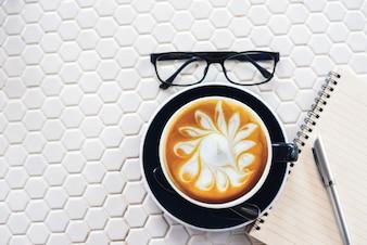 Café latte cafezinho na mesa branca
