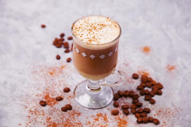 Café latte em grãos de café expresso arábica chocolate amargo. é hora do conceito de café.