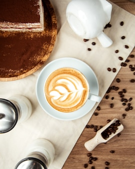 Café latte tiramisu grãos de café vista superior