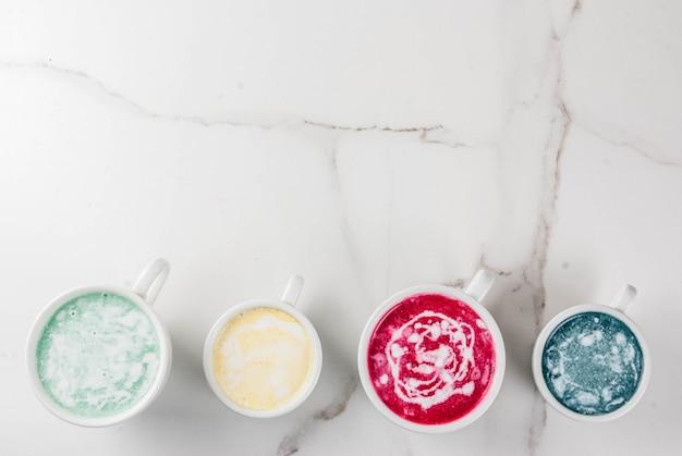 Café latte vegano orgânico, açafrão descafeinado, beterraba, algas e matcha. em um fundo de mármore branco, vista superior copyspace