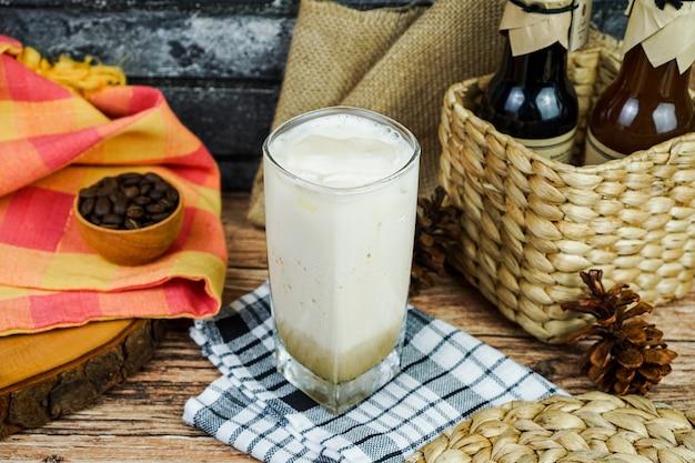 Café leite, açúcar mascavo, fotografia de conceito de produto na cafeteria, basta preparar um bule de sua mistura de café favorita com leite e açúcar mascavo
