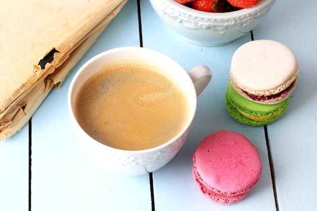 Café macaroon livro antigo retrô vintage sobremesa francesa eco orgânico estilo de vida saudável foco seletivo suave