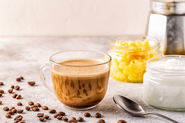 Café misturado com manteiga ghee e óleo de coco mct, café paleo, ceto, bebida cetogênica.