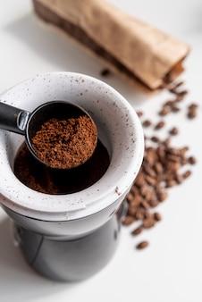 Café moído de alta vista em um filtro