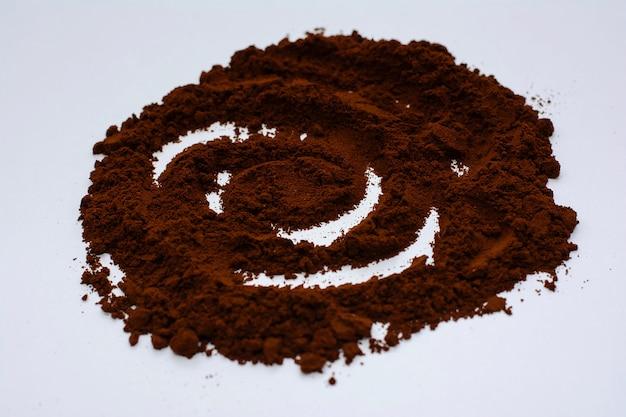 Café moído delicioso em um branco