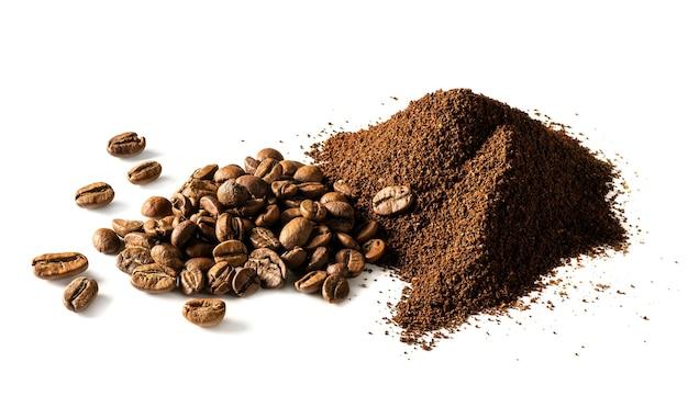 Café moído e grãos de café isolados no fundo branco. alta resolução com departamento de campo completo