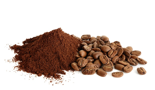 Café moído e grãos de café isolados no fundo branco. close-up com departamento de campo completo