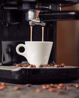 Café moído e grãos de café na mesa de café velha.