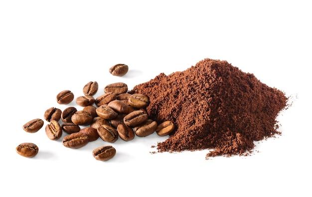 Café moído e grãos de café no fundo branco. macro com departamento completo de campo