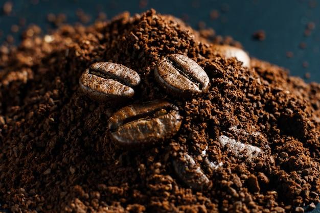 Café moído e grãos de café