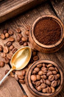 Café moído e grãos