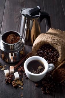 Café moído é preenchido com uma cafeteira geyser