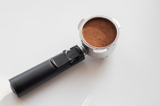 Café moído em um porta-filtro para preparação. ferramenta de barista profissional.