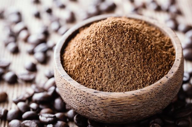 Café moído em uma tigela de madeira close-up.