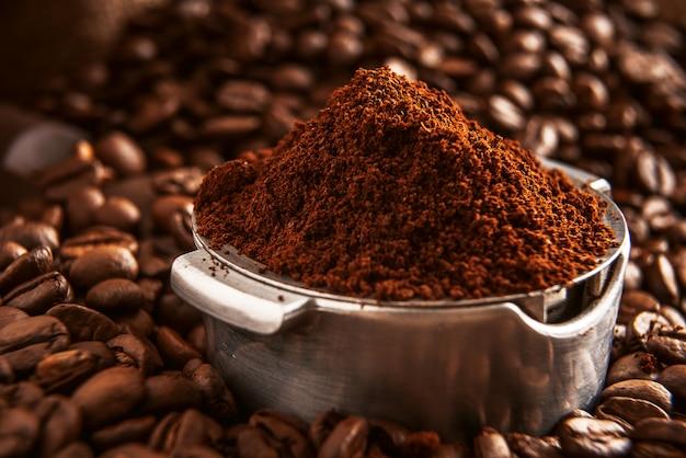 Café moído perfumado derramado no suporte