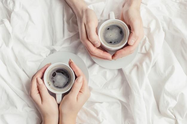 Café na cama foco seletivo. amo beber.