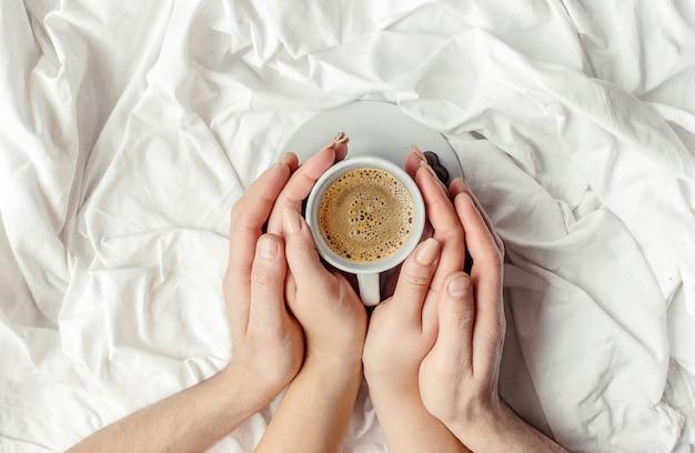 Café na cama foco seletivo. bebida quente.