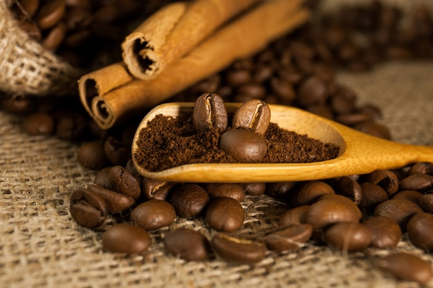 Café na colher de pau em um plano de fundo texturizado de serapilheira
