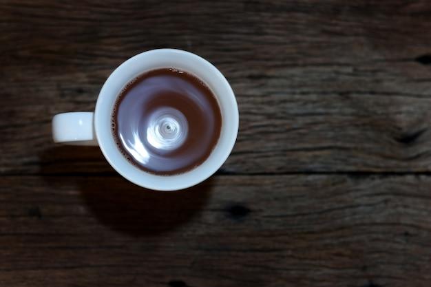 Café na opinião superior do fundo de madeira.