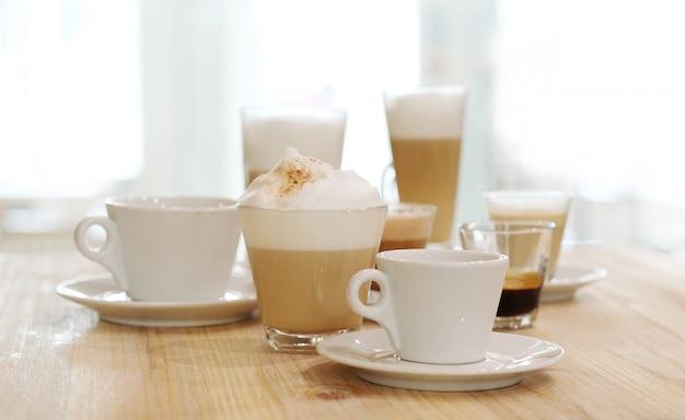 Café nas mesas em uma mesa