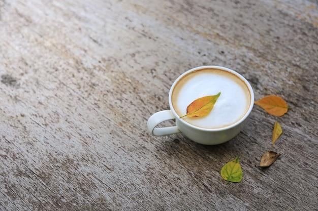 Café no antigo piso de madeira no outono