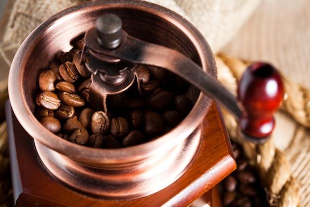 Café no moedor e corda ainda vivo