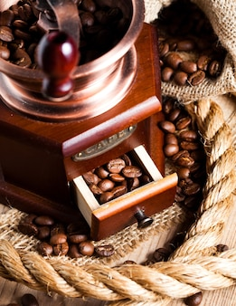 Café no moedor e na corda natureza morta