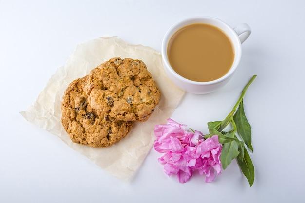 Café ou chá com leite e biscoitos de aveia