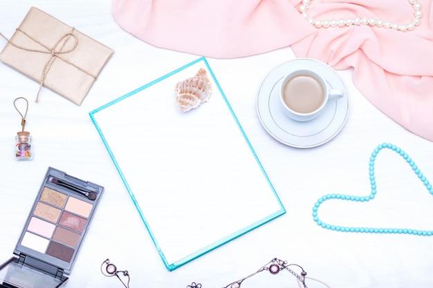 Café, papel em branco, brilho labial, jóias, bolo. postura plana, cópia espaço.