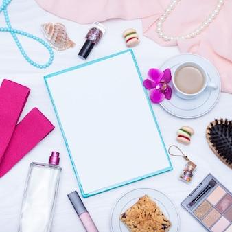 Café, papel em branco, brilho labial, jóias, faixas de fitness, bolo. postura plana, cópia espaço.