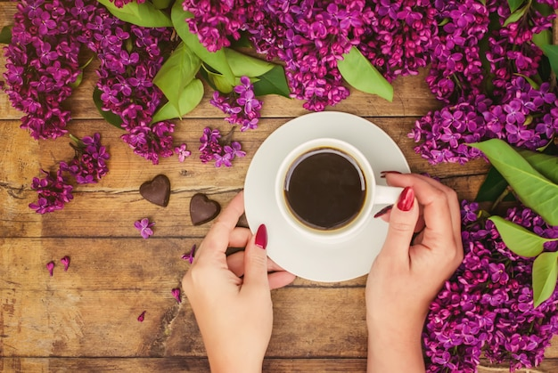 Café para café da manhã e flores lilás. foco seletivo.