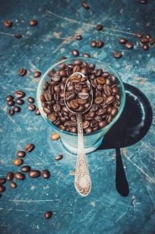 Café para o café da manhã e adivinhação. foco seletivo.