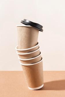 Café para viagem em copos de papelão com tampa