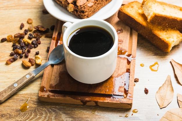 Café perto de pastelaria e passas