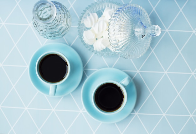 Café, pires e tigela de marshmallow