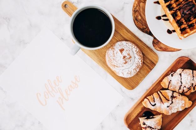 Café por favor, texto em papel com café da manhã saudável e xícara de café sobre o fundo de mármore