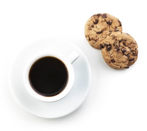 Café preto americano com biscoito isolado no branco
