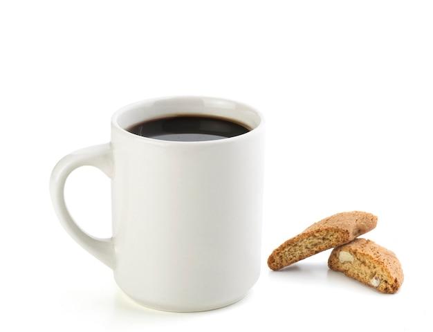 Café preto americano com biscoito italiano isolado no branco