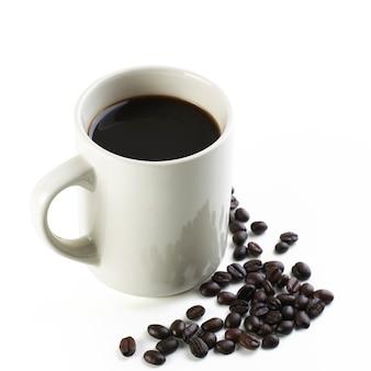 Café preto americano com feijão na vista superior isolado no branco